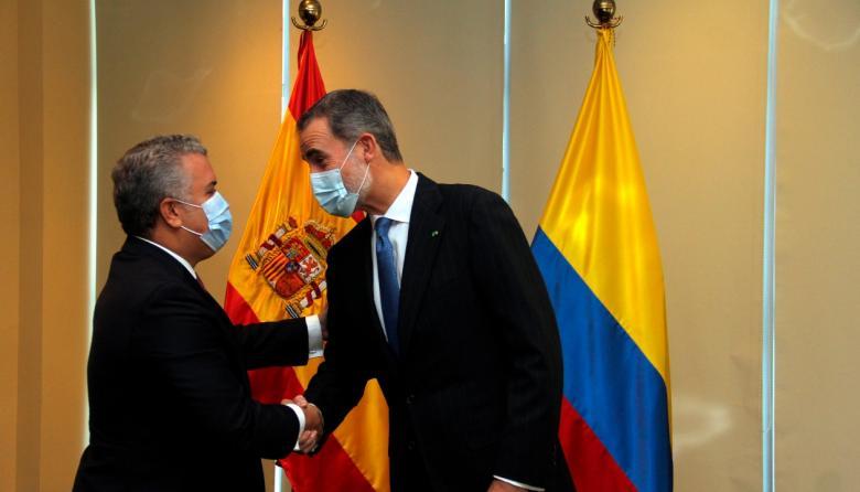 Duque estrecha la mano del Rey Felipe VI de España.