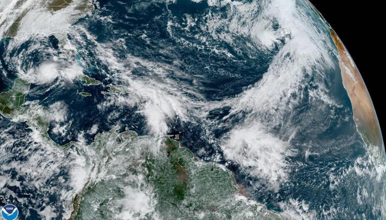 Eta cruza el norte de Florida con viento y lluvia para salir al Atlántico