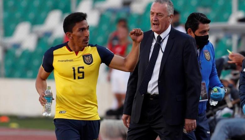 Ángel Mena y Gustavo Alfaro celebran un gol ante Bolivia en la victoria 3-2.