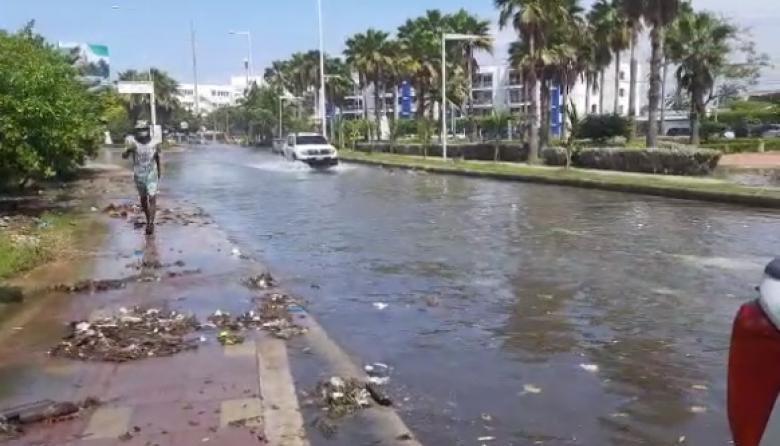 """Así quedaron algunas vías este lunes en Cartagena por el """"mar de fondo""""."""