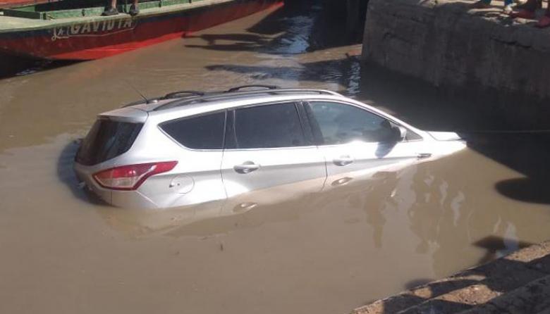 En video   Carro cayó al río Magdalena en el muelle de El Banco