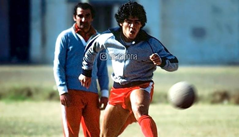 Diiego Maradona entrenando bajo la atenta mirada de Miguel Ángel 'el Zurdo' López.