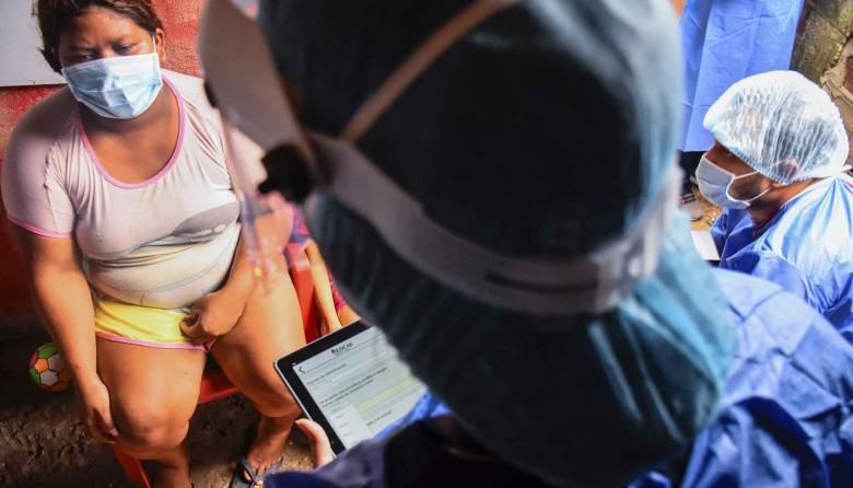 Una mujer entrega sus datos para la encuesta del estudio de seroprevalencia, durante una jornada en el sur de Barranquilla.