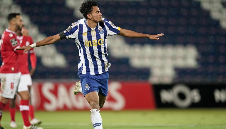 Luis Díaz celebró su gol con los brazos abiertos.