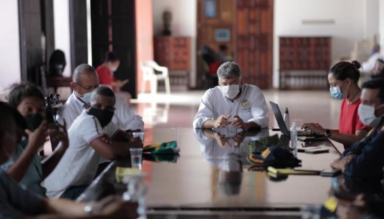 El secretario de Interior, David Múnera, durante la mesa de trabajo con representantes de la comunidad insular.