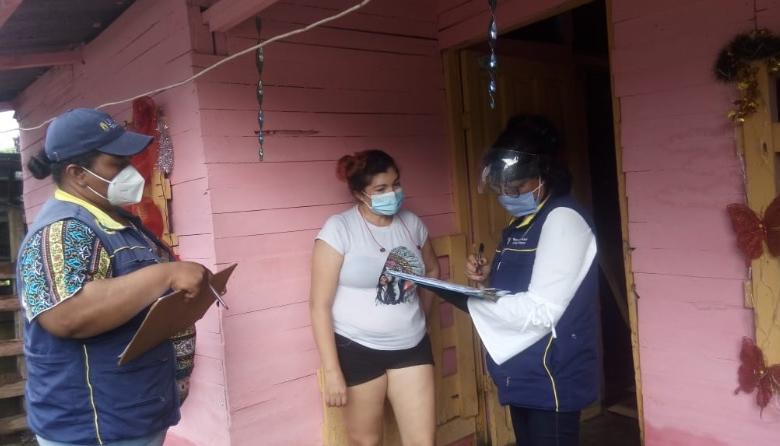 Dos funcionarias de la Oficina Asesora para la Gestión del Riesgo de Desastres hablan con una de las afectadas por las lluvias en Cartagena.