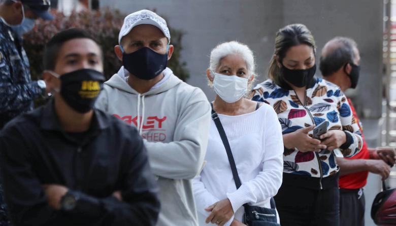 Venezuela continúa la apertura de centros de voto con cuatro horas de retraso