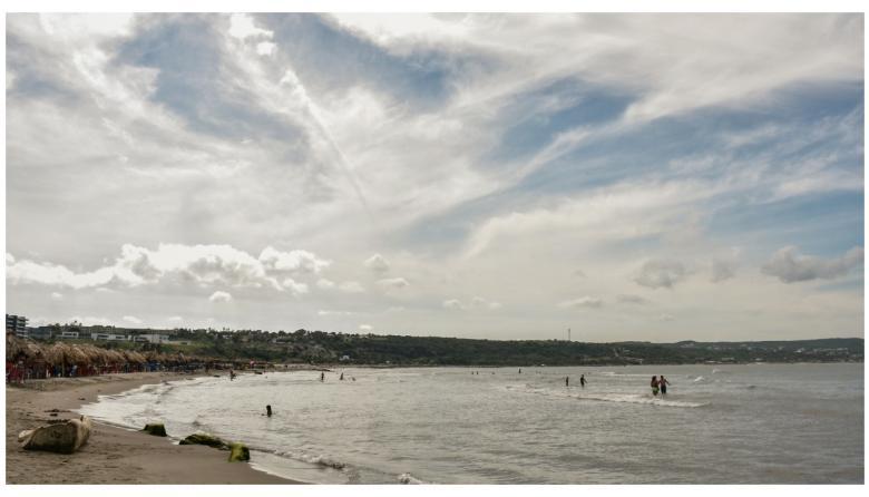 Un número reducido de bañistas disfrutando de las playas de Salgar en Puerto Colombia.