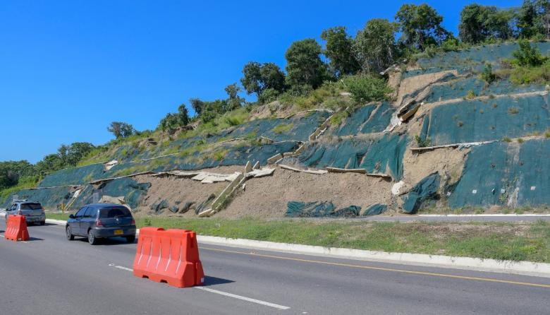 Lluvias causan deslizamiento de terraplén en la Vía al Mar
