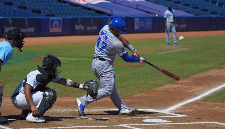Harold Ramírez intenta conectar la pelota en el duelo entre Caimanes y Gigantes.