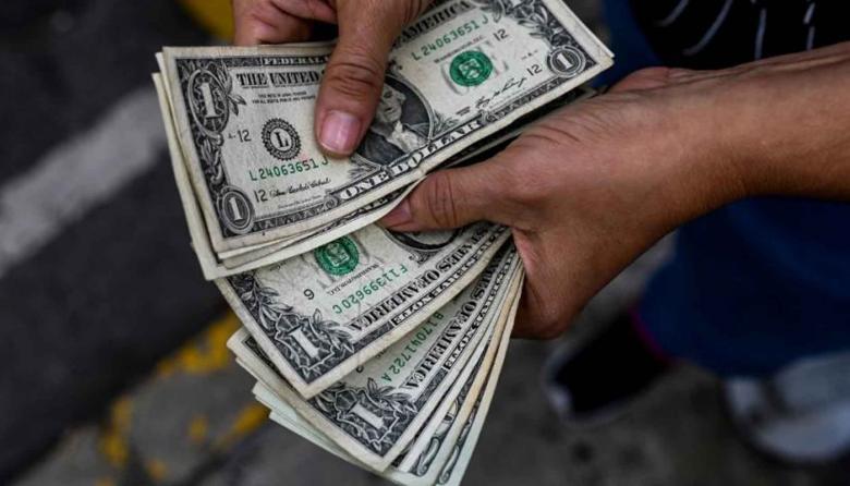 El dólar inició la semana a la baja ante estímulos por vacunas