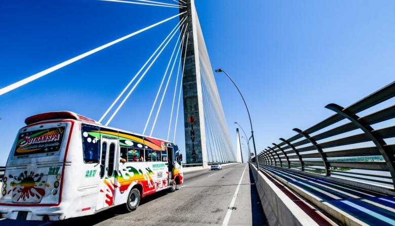Un grupo de vigilantes de una empresa privada tienen a su cargo la seguridad del Puente  a fin de evitar robo de las luminarias.