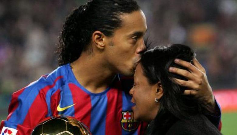 Ronaldinho Gaúcho pide oraciones por su madre hospitalizada por covid-19