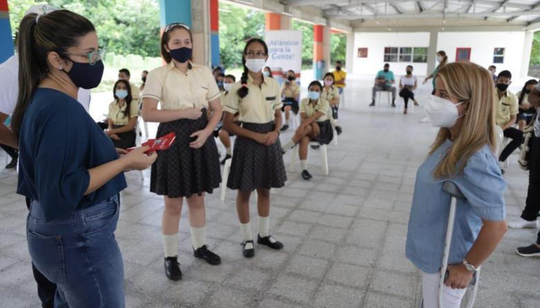 La gobernadora Elsa Noguera junto a estudiantes.