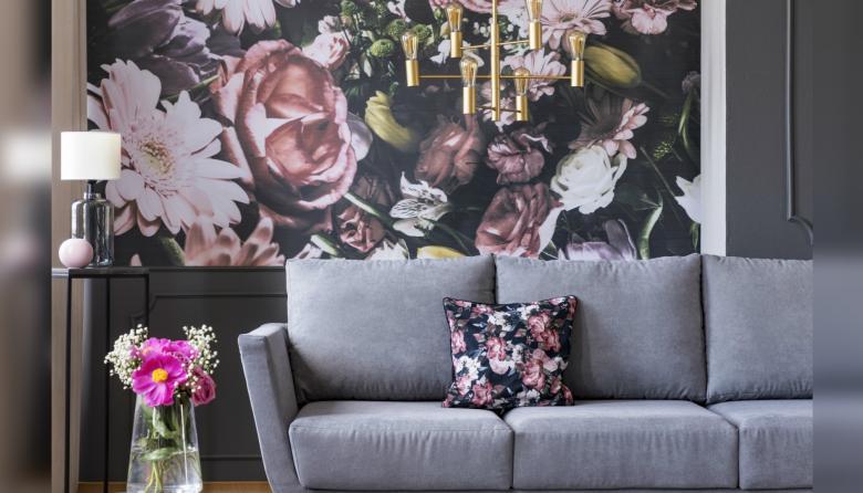 El papel tapiz floreado evoca la tendencia de los años 80. Usarlo con estampados de flores grandes le da un toque moderno a los espacios de la casa.