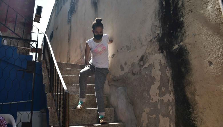 Tras los pasos de Leiry, la joven que usa prótesis de material reciclado