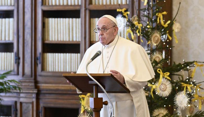 Papa institucionaliza que mujeres puedan dar comunión y leer palabra de Dios