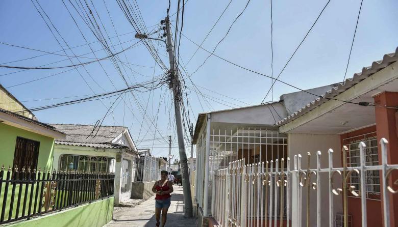 Poste de energía en mal estado en el barrio Las Marías.