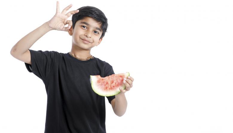 Una fruta es una opción saludable para una merienda.