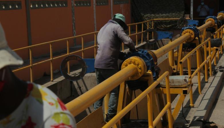 Trabajos de mantenimiento en una de las compuertas.