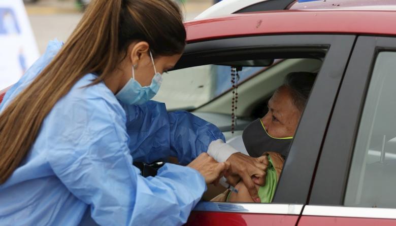 Vacunarse en el auto, la nueva apuesta chilena para inmunizar contra la covid