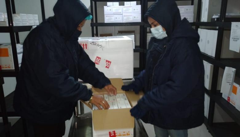 Dos funcionarias de Salud con parte de las vacunas de Sinovac enviadas al departamento de Bolívar.