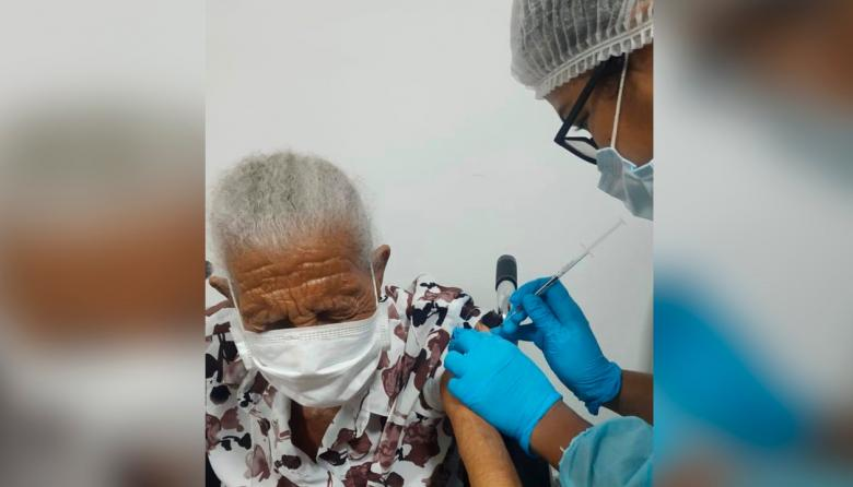 Celestina Cardales, de 101 años, primera vacunada en Barú