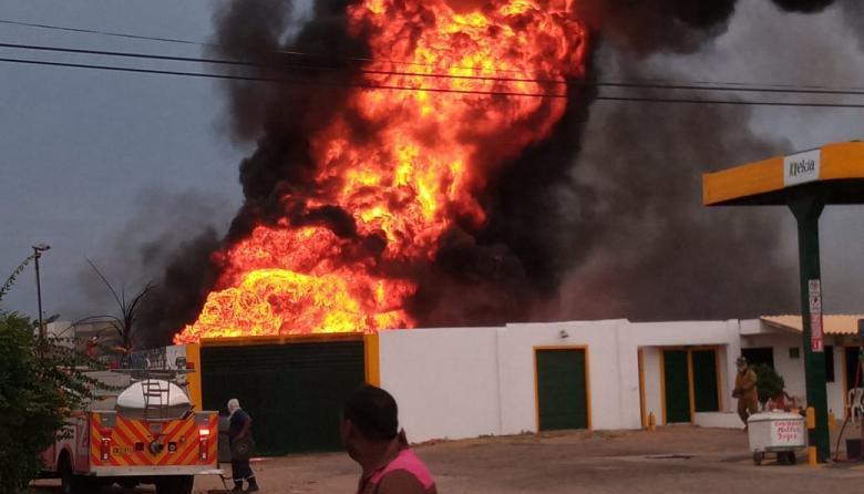 Incendio arrasa con depósitos de una estación de gasolina en Maicao