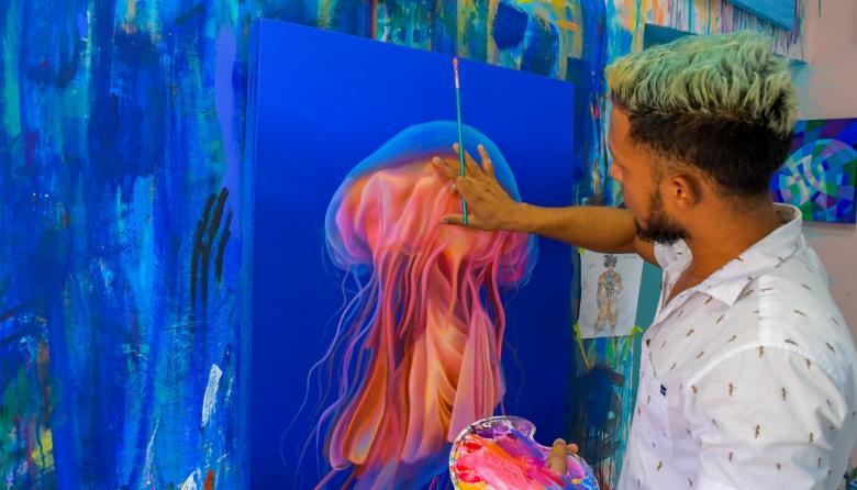 El artista que lleva el dolor del mar al lienzo