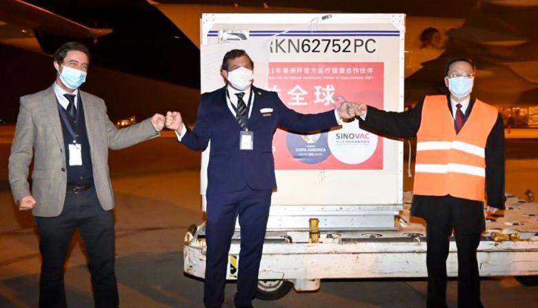 """Con """"nombre y apellido"""", Conmebol distribuirá vacunas chinas donadas"""