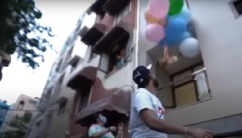 """Youtuber amarró a su perro a unos globos de helio para hacerlo """"volar"""""""