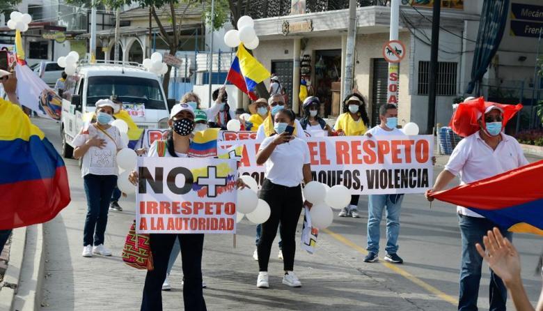 Decenas de personas en la 'gran marcha por el respeto' en Barranquilla