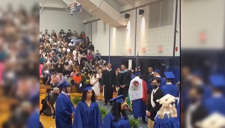 Le negaron su diploma por llevar la bandera de México a la graduación