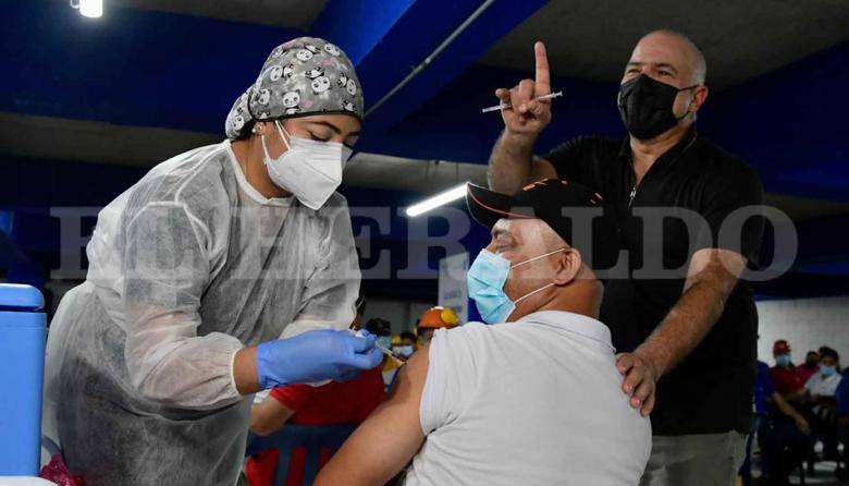 Tecnoglass vacuna a sus empleados contra la covid-19