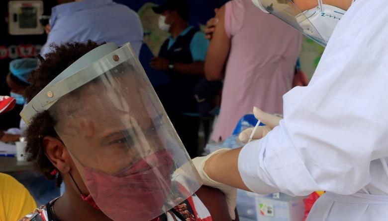 La inmunización contra el covid-19 a través de los ojos de una vacunadora