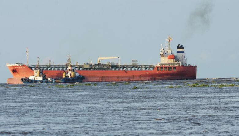 En Caño Dulce adelantan inspección a buque desencallado