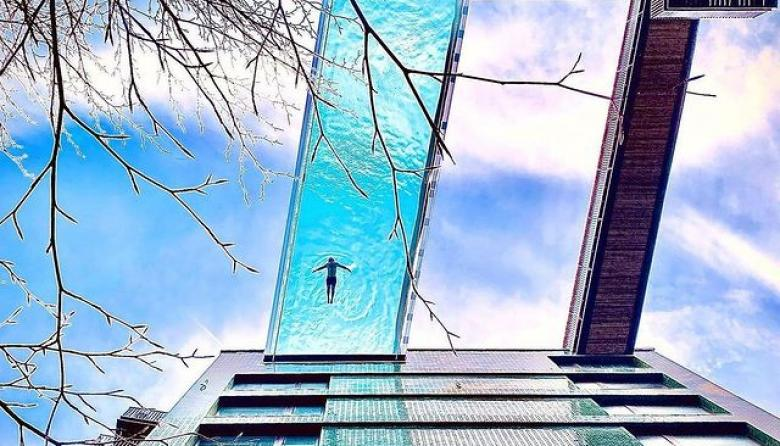 """La piscina que """"flota"""" entre dos edificios de Londres"""