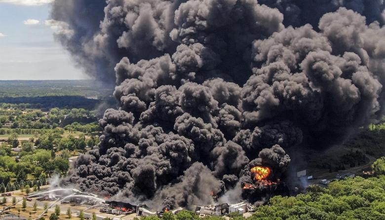 Impresionante incendio en planta química en Illinois, Estados Unidos