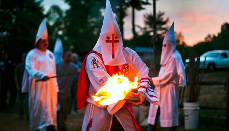 Antípodas, Ku-Klux-Klan, atarván