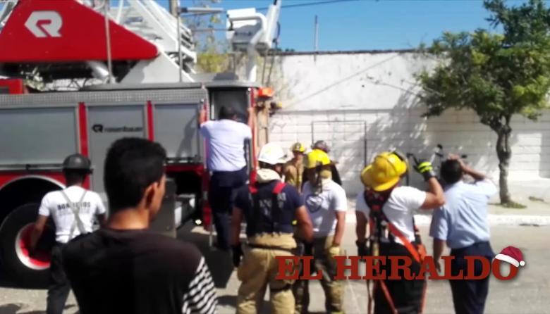 En video | Bomberos rescatan a trabajadores en Don Bosco tras tocar una línea de 7.400 voltios por error