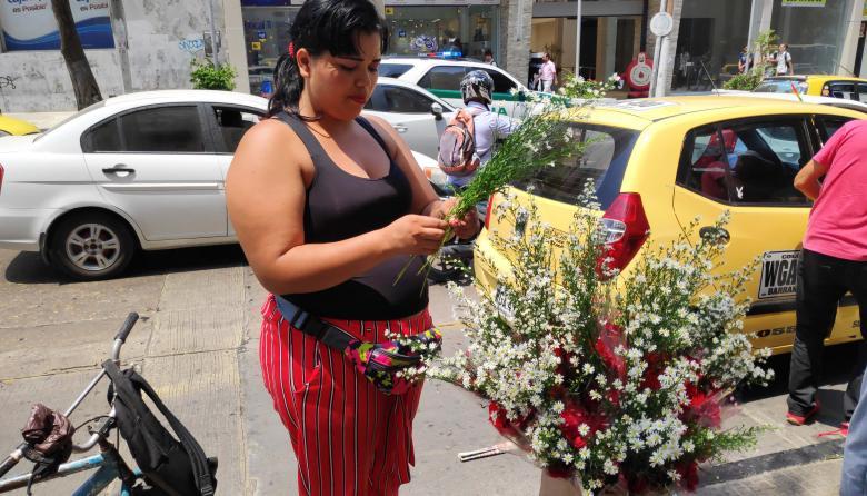 Día Internacional de la Mujer: un negocio para una vendedora de rosas