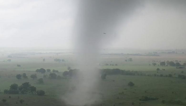 Video | Las impresionantes imágenes de un tornado captadas por un dron