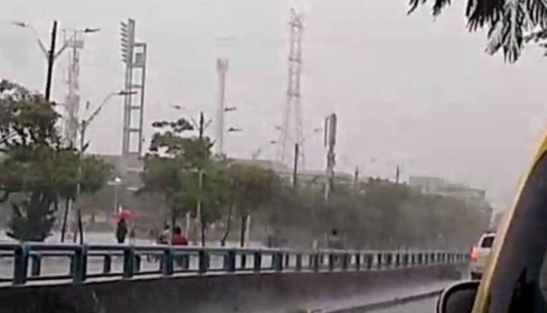 En video | Jóvenes se enfrentan a piedra en la Murillo bajo la lluvia