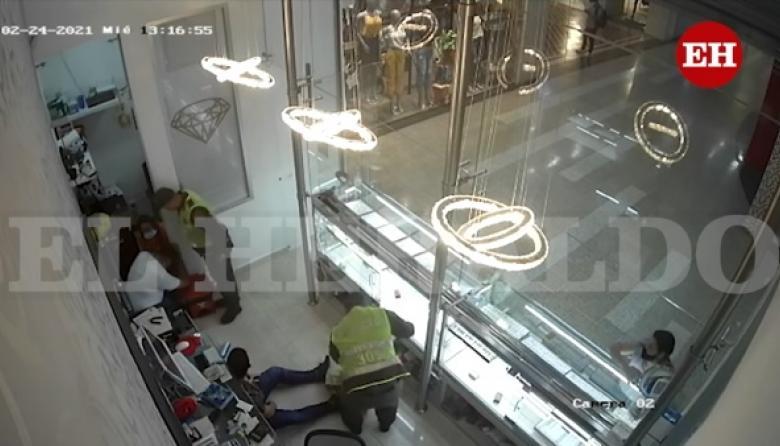 En menos de tres minutos ladrones disfrazados de policías asaltan joyería