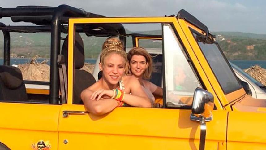 Shakira y Kathy Kopp en Puerto Velero, durante las grabaciones del video musical de