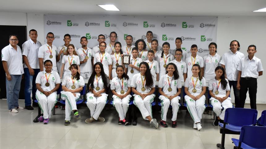 Parte de la delegación del Atlántico que consiguió el primer lugar en el Open de taekwondo, en Bucaramanga.