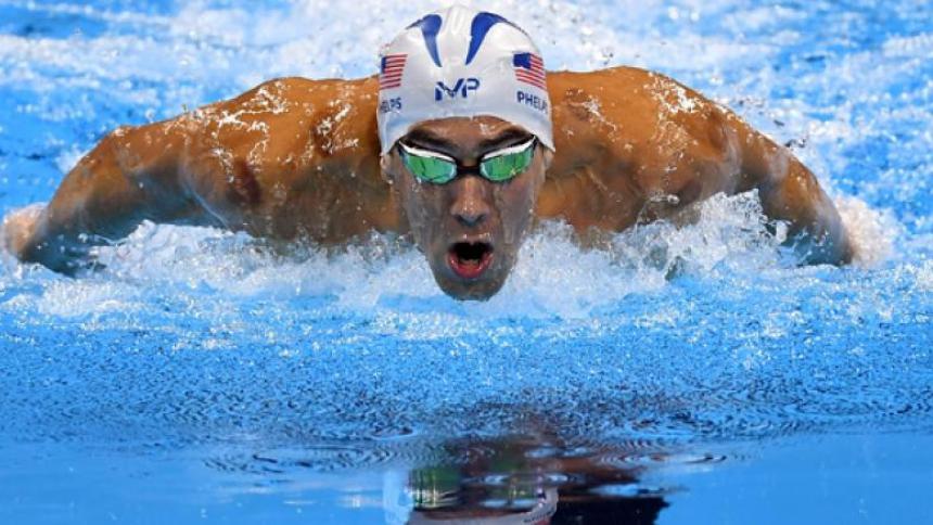En video | Michael Phelps pierde carrera contra tiburón blanco