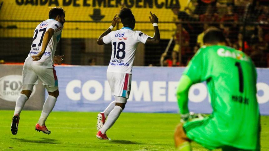 Yony González festeja el segundo gol que le marcó a Sport Recife, en el partido en Bahía (Brasil), en la Copa Sudamericana. Lo acompaña Matías Mier.