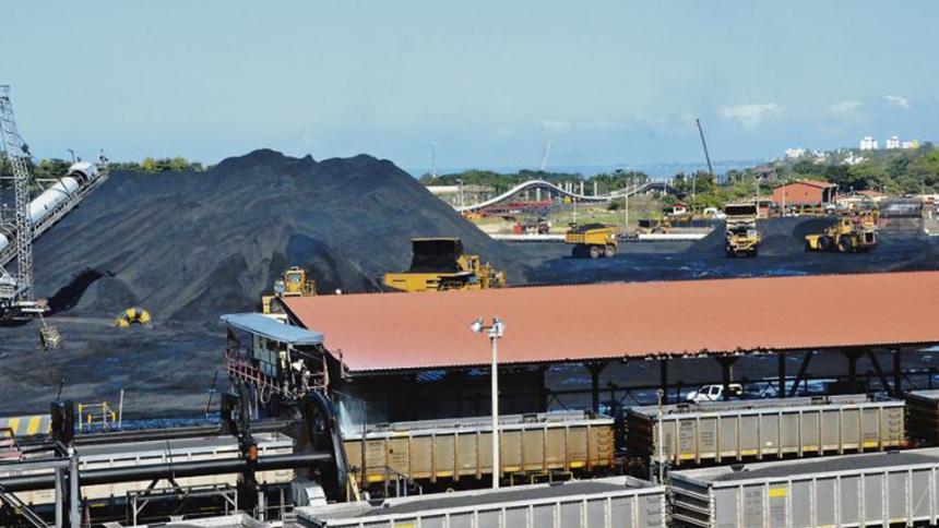 Manejo del carbón en el puerto, en Ciénaga.