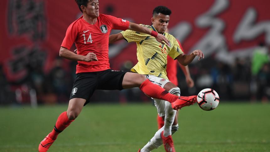 Luis Díaz saca un remate potente ante la marca del volante Jung Woo-Young.